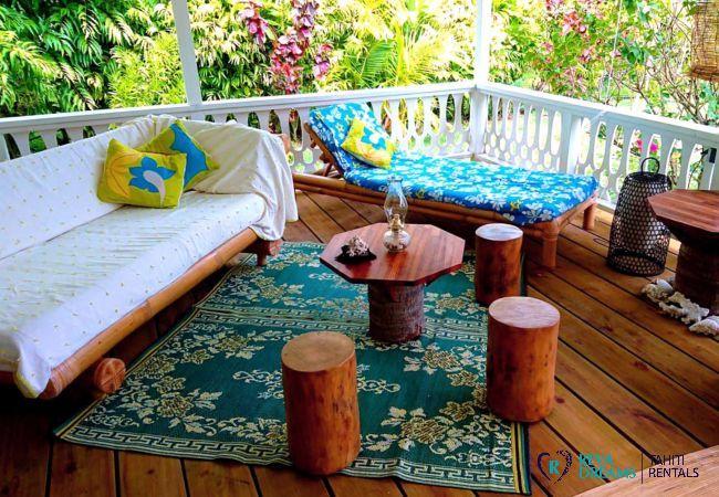 Espace salon sur la terrasse du Fare Iris, profitez d'un séjour de rêve pour explorer l'île de Moorea