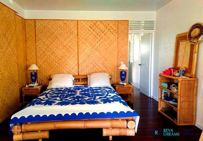 Chambre avec décoration en bois, lit double, Fare Iris location de vacances, île de Moorea, Tahiti, Polynésie Française