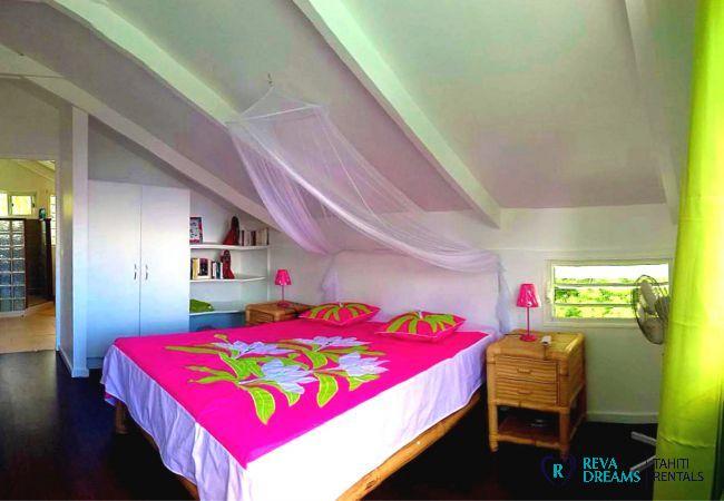 Chambre avec lit double, vacances de rêve dans le Fare Iris sur l'île de Moorea, à côté de Tahiti