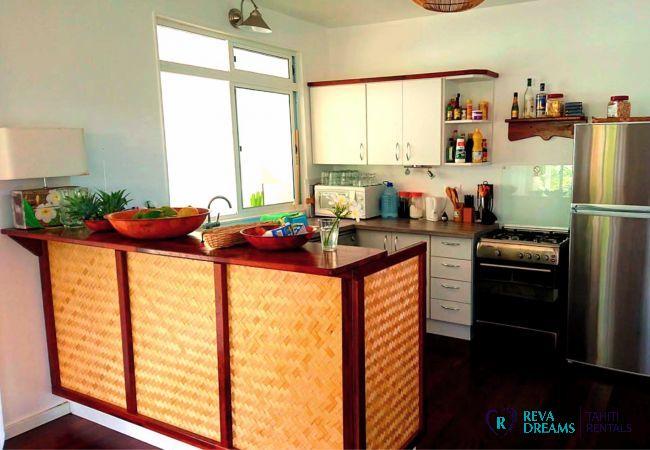 Cuisine spacieuse et charmante du Fare Iris, vivre votre séjour de rêve sur l'île de Moorea au coeur de la nature