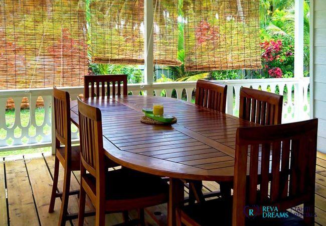 Table à manger à l'extérieur, vacances dans la nature sur l'île de Moorea en Polynésie Française, Pacifique Sud