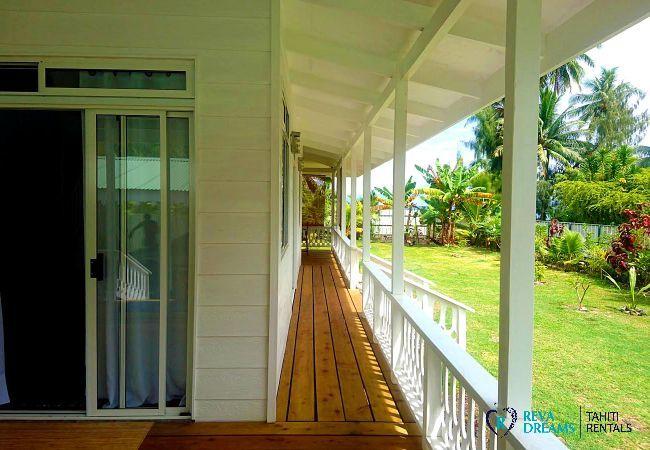 L'extérieur du Fare Iris, admirez le jardin tropical pendant votre séjour de rêve sur l'île de Moorea, Polynésie Française