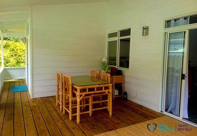 Terrasse couverte pour profiter des repas en plein air, Fare Iris location saisonnière sur l'île de Moorea