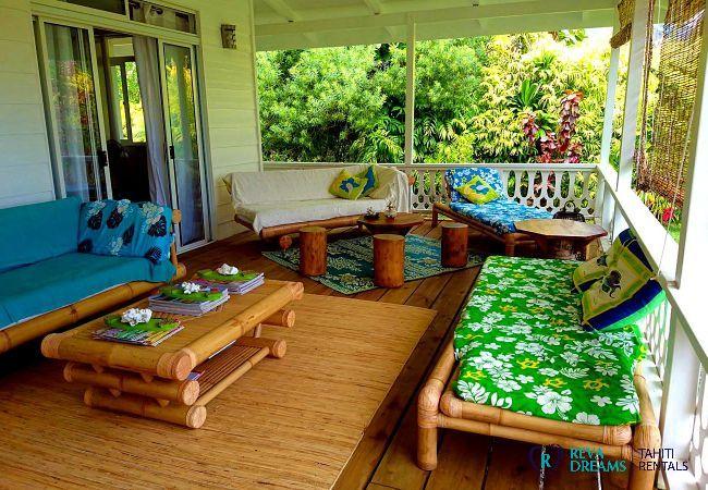 Passez des moments détentes avec vos proches sur la terrasse du Fare Iris, Polynésie Française