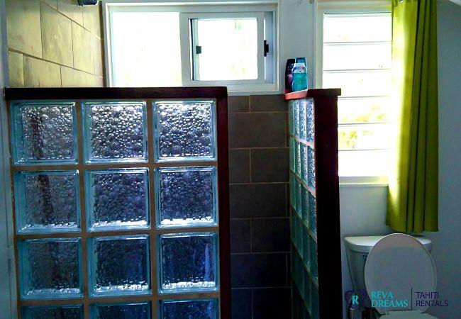 Salle de bain, Fare Iris, séjours sur l'île de Moorea, la nature, les animaux et les paysages à couper le souffle