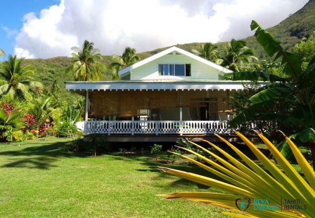 Façade du Fare Iris, maison authentique avec jardin tropical pour les séjours sur l'île de Moorea, près de Tahiti