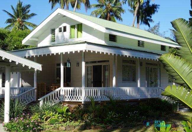 Fare Iris extérieur, jolie maison pour des vacances et séjours extraordinaires dans la nature de Polynésie Française