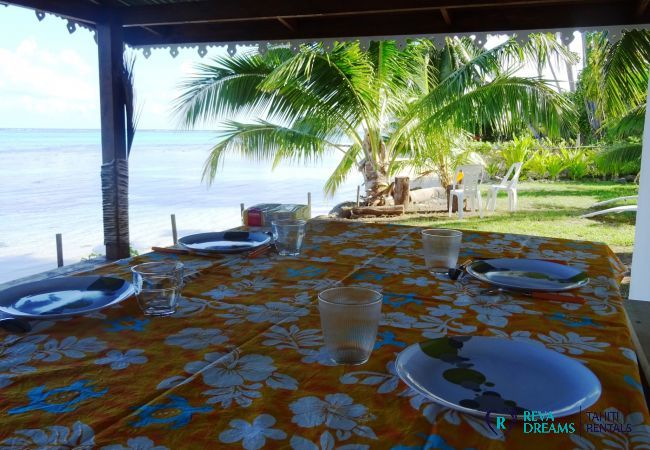 Table dans le jardin, profitez des repas en plein air pendant des vacances familiales sur l'île de Moorea