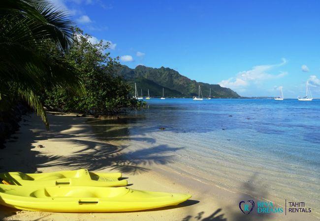 Plage et kayaks au Fare Iris, sports aquatiques pendant un séjour sur l'île de Moorea, Polynésie Francaise