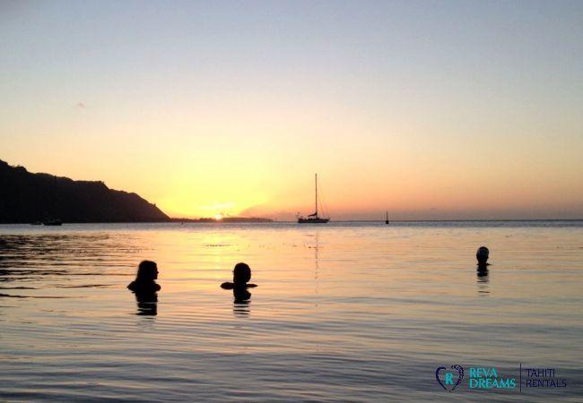 Vue sur le coucher du soleil et lagon, Fare Iris, location de vacances idéale sur l'île charmante de Moorea