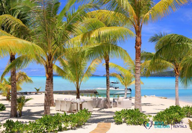 Plage privée de sable blanc de la Villa, accès direct au lagon pour un séjour inoubliable sous les cocotiers