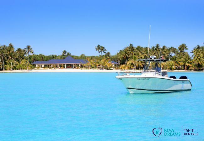 Bateau disponible pour toutes vos excursions sur le lagon, pendant votre séjour à la Villa Deluxe Bora Bora