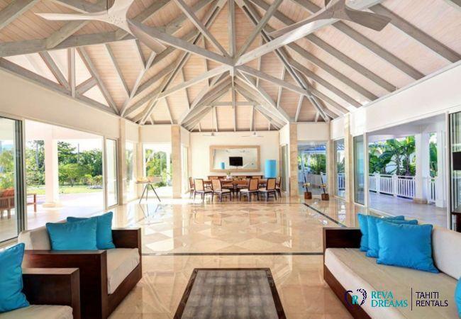 Grand séjour de la Villa Deluxe Bora Bora avec salon et salle à manger donnant sur la terrasse ensoleillée