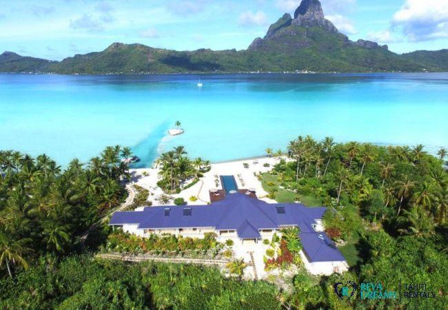 Vue du ciel du motu et de la Villa Deluxe Bora Bora, face au lagon et au mont Otemanu, en Polynésie Française