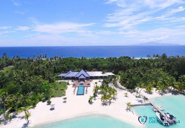 Vue du ciel de la Villa Deluxe Bora Bora, située sur le plus grand motu de Bora Bora, au cœur du lagon bleu turquoise