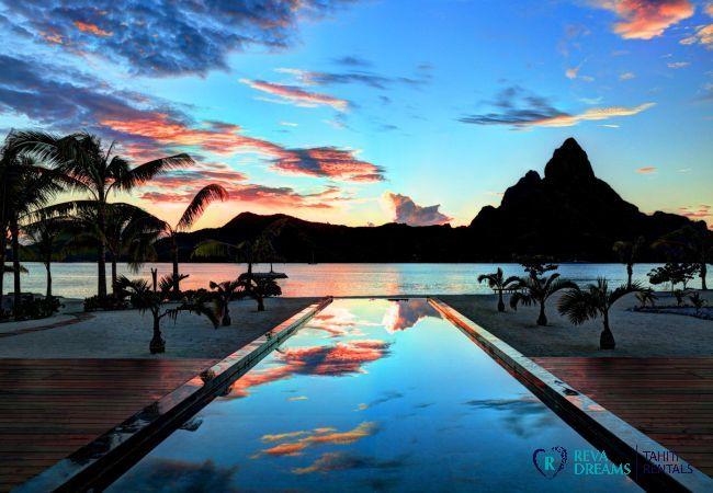 Coucher de soleil avec vue sur la mer depuis la terrasse de la Villa Deluxe Bora Bora en Polynésie Française