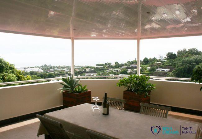 Terrasse à manger en plein air à Loft Calypso, avec des vues pittoresques sur Pirae, île de Tahiti.