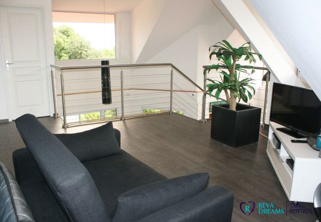 Salon avec canapé-lit pour des vacances de famille détentes au Loft Calypso en Polynésie Française