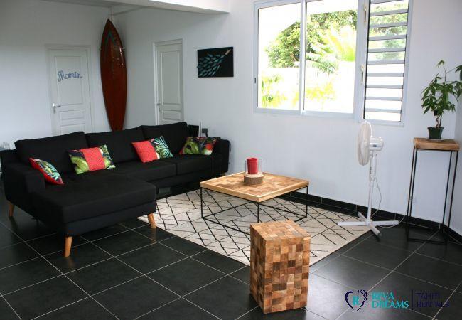 Salle de séjour confortable et contemporaine dans le Loft Calypso, sur l'île de Tahiti