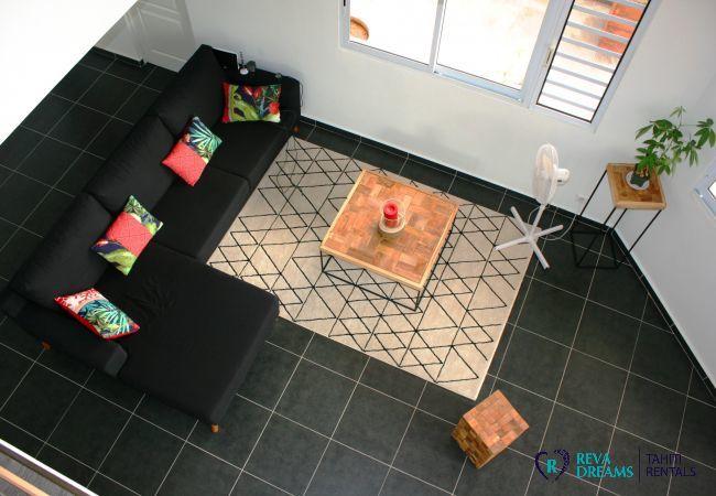 Vue sur le salon élégant et confortable dans le Loft Calypso en Polynésie Française