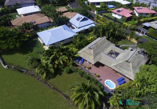 Vue de la Villa Varua Dream avec une grande terrasse et Jacuzzi, location saisonnière en Polynésie Française