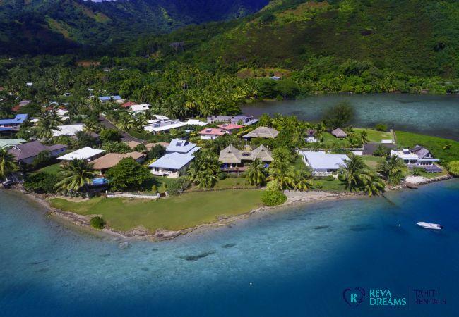 Vue aérienne de la Villa Varua Dream, du lagon et de la verdure sur l'île de Moorea en Polynésie Française