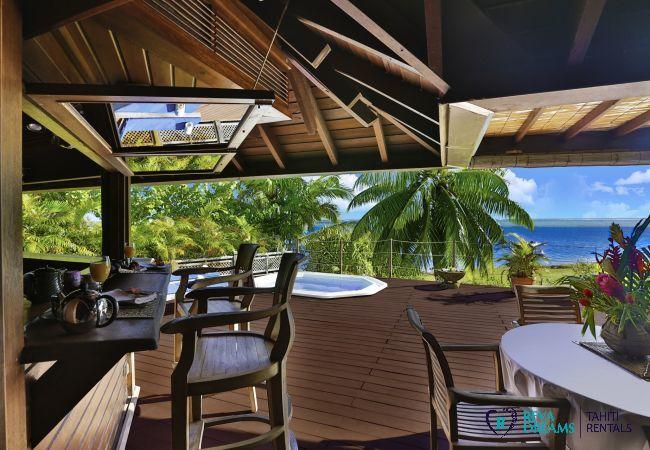 Grande terrasse à la Villa Varua Dream location de vacances pour explorer les îles de la Polynésie Française