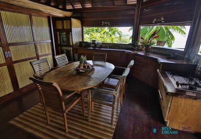 Cuisine dans la Villa Varua Dream, une location saisonnière pour des séjours de rêve à Moorea en Polynésie Française