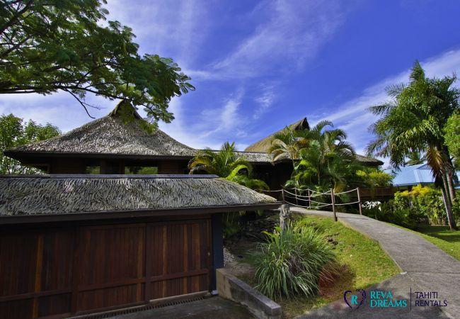 Garage et parking à la Villa Varua Dream, explorez l'île de Moorea : lagon, nature, forêt tropicale, plages