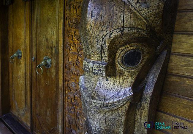 Décoration authentique à l'entrée de la Villa Varua Dream, pour les séjours de rêve en Polynésie Française
