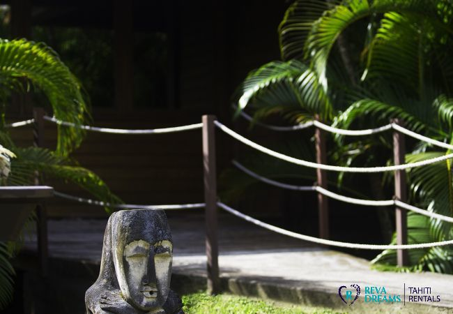 Jardin tropical à la Villa Varua Dream, grande location de vacances à Moorea en Polynésie Française