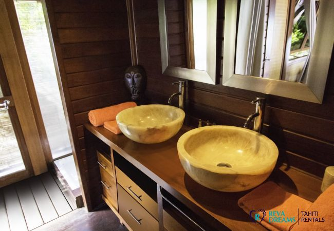 Salle de bain élégante, Villa Varua Dream location de vacances pour des séjours de rêve sur l'île de Moorea