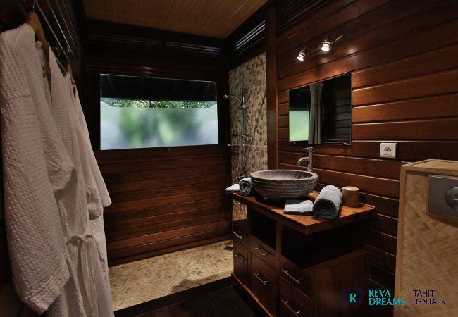 Salle de bain contemporaine dans la Villa Varua Dream location de vacances sur l'île de Moorea en Polynésie Française