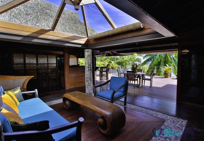 Salon dans la Villa Varua Dream, location saisonnière de standing avec de belles vues sur le lagon de Moorea