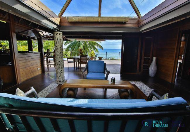 Salon spacieux avec vue sur le lagon de Moorea, Villa Varua Dream location saisonnière au Pacifique Sud