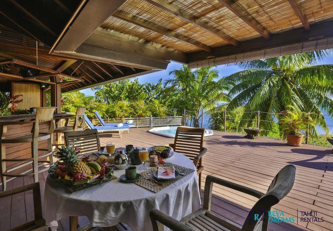 Terrasse avec bar à la Villa Varua Dream location saisonnière pour les séjours de rêve à Moorea au Pacifique Sud