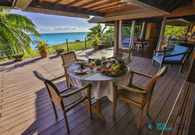Table avec vue sur le lagon à la Villa Varua Dream, une maison idéale pour les vacances familiales sur l'île de Moorea