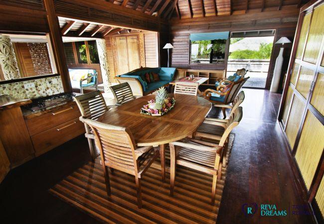 Salle à manger dans la Villa Varua Dream location saisonnière pour des vacances de rêve en Polynésie Française