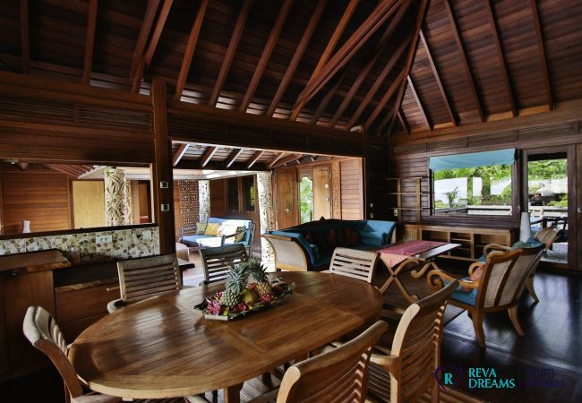 L'intérieur de la spacieuse Villa Varua Dream, idéale pour des vacances les pieds dans l'eau à Moorea en Polynésie Française