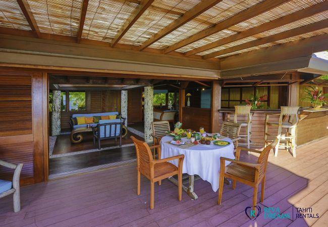 Grande terrasse à la Villa Varua Dream location de vacances sur l'île de Moorea en Polynésie Française